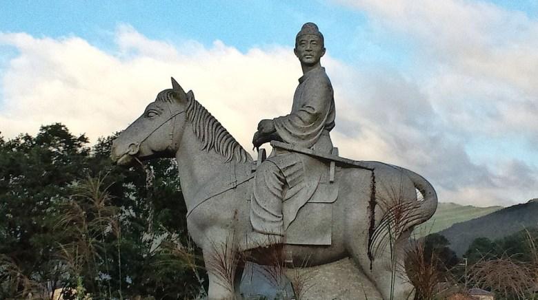 1024px-Statue_of_Kakinomoto_no_hitomaro