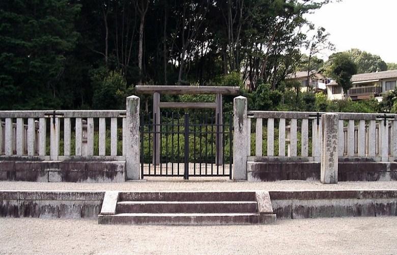 1280px-Tomb_of_Emperor_Goichijo