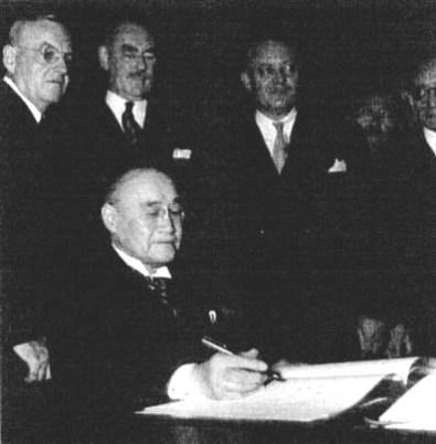 Yoshida_signing_the_US
